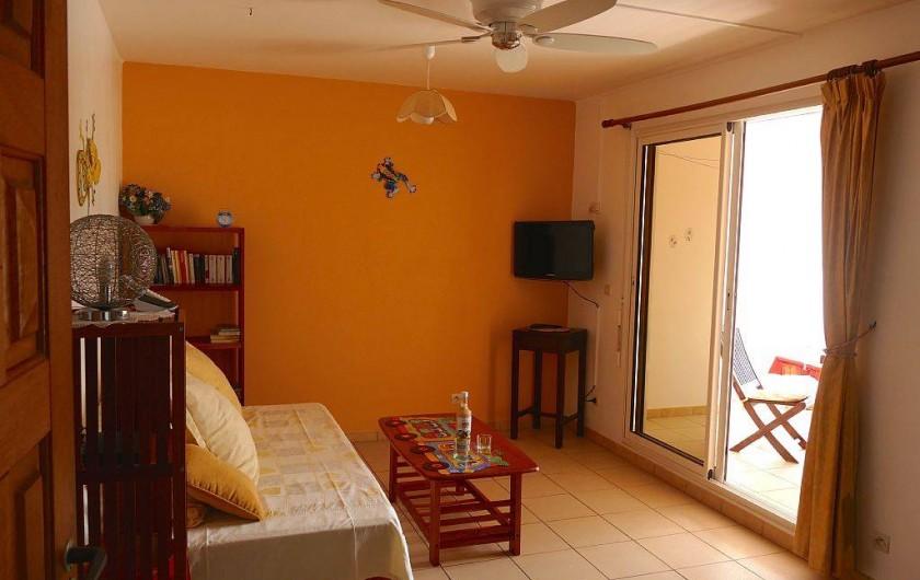 Location de vacances - Appartement à Pointe du Bout - séjour ventilé avec ouverture sur la terrasse
