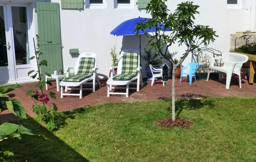 Location de vacances - Villa à Rivedoux-Plage - Un petit jardin plein soleil.