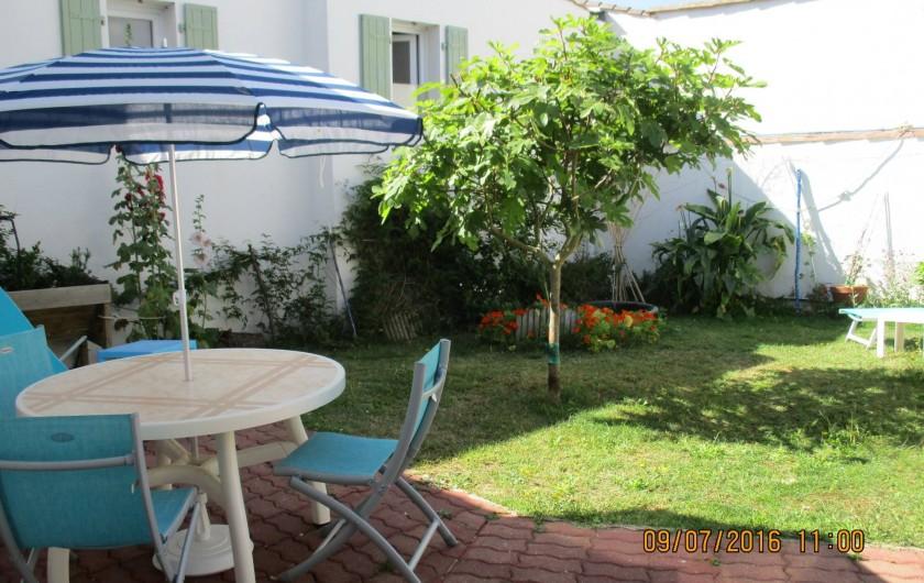 Location de vacances - Villa à Rivedoux-Plage - Table de jardin, barbecue et store-banne ou parasol.