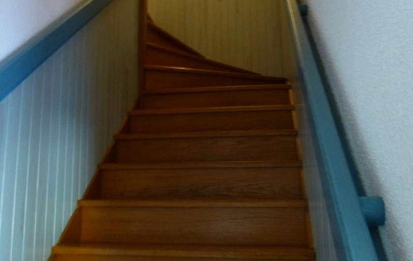 Location de vacances - Villa à Rivedoux-Plage - Un escalier confortable pour monter aux chambres et à la salle d'eau.