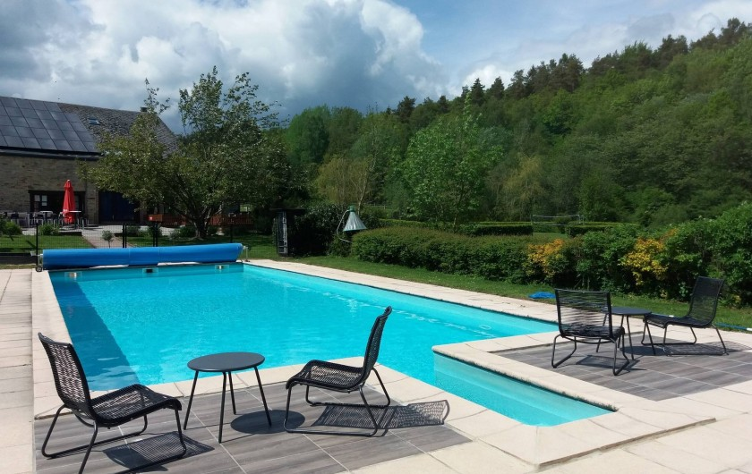 Location de vacances - Gîte à Haut-Fays - Piscine chauffée avec ses transats ouverte du 1er mai au 30 septembre