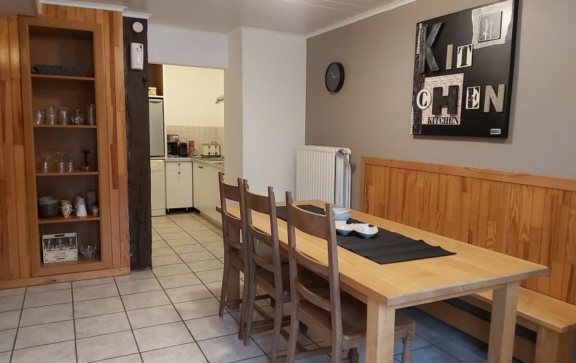 """Location de vacances - Gîte à Haut-Fays - Gîte """"Les Rainettes"""" cuisine et espace repas"""