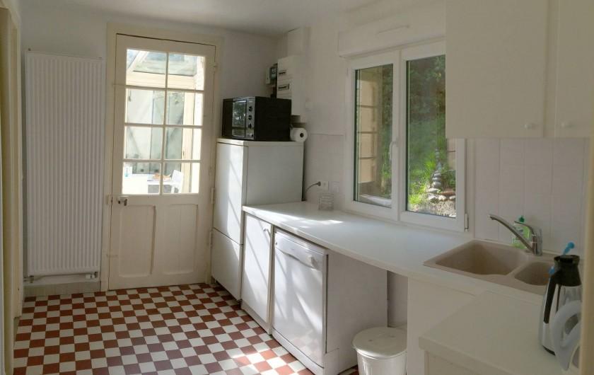 Location de vacances - Maison - Villa à Dieppe - Cuisine équipée qui donne sur la véranda