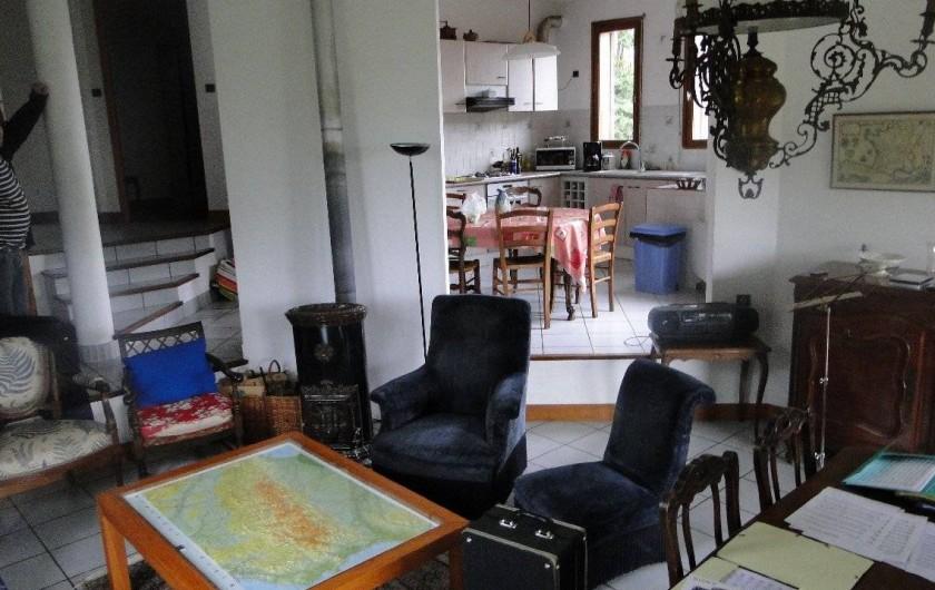 Location de vacances - Chalet à Uzer - Séjour et cuisine