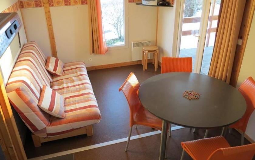 Location de vacances - Chalet à Saint-Laurent-en-Grandvaux - location de chalets: l'espace séjour   équipé d'un téléviseur