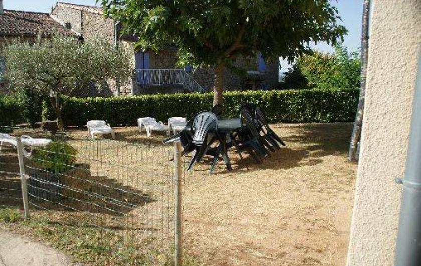Location de vacances - Maison - Villa à Rosières - extérieur coin jardin avec barbecue