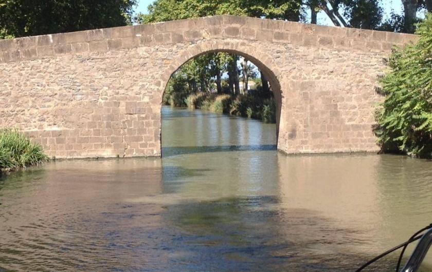 Location de vacances - Péniche à Sète - Un des magnifiques ponts des canaux du Sud de la France !