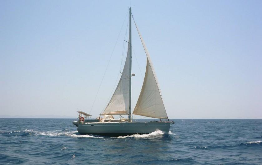 Location de vacances - Péniche à Sète - Un de nos voiliers en navigation.