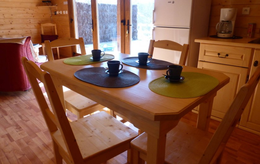 Location de vacances - Chalet à Pompiey - coin cuisine vue sur la forêt