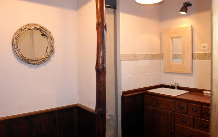 Location de vacances - Gîte à Coucouron - Salle de douche avec 2 douches (2 douches supplémentaires dans le sauna)