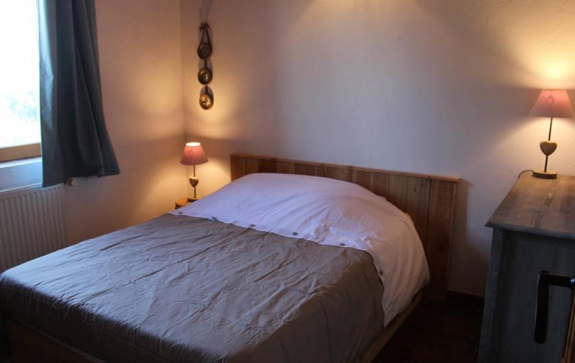 Location de vacances - Gîte à Coucouron - Chambre avec 1 lit en 140 et lits superposés en 90