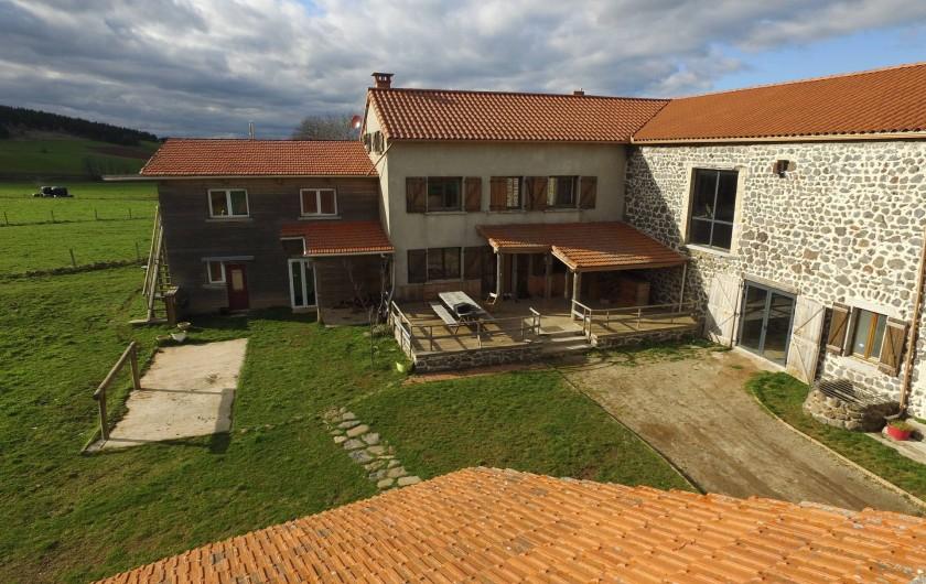 Location de vacances - Gîte à Coucouron - Terrasse en bois avec mobilier de jardin en bois, barbecue weber et nacelle