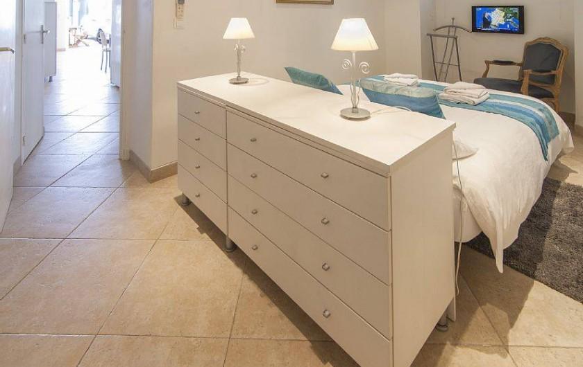 Location de vacances - Appartement à Cannes - Cambre lit double avec commode