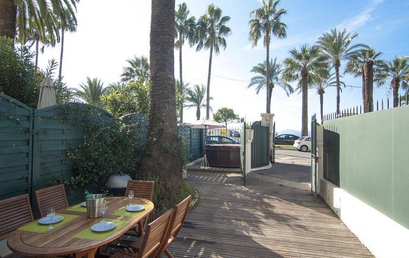 Location de vacances - Appartement à Cannes - Vue sur la Croisette du jardin