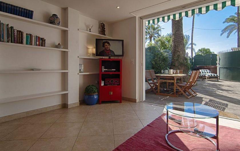Location de vacances - Appartement à Cannes - Séjour avec coin repas dans le jardin