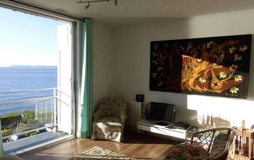 Location de vacances - Appartement à Villerville - living avec balcon televiseur