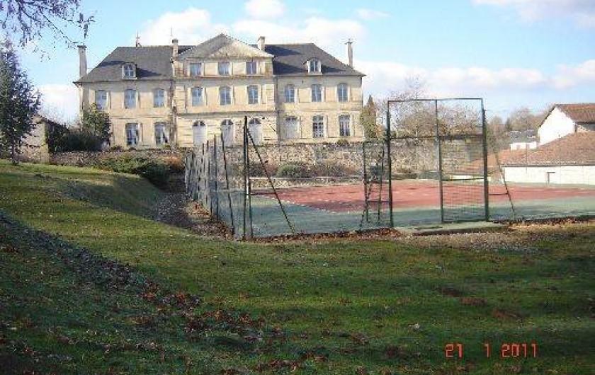 Location de vacances - Villa à Azerat - Terrain de tennis dans le village