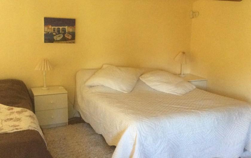 Location de vacances - Chambre d'hôtes à Villelaure - le couchage du studio sur la mezzanine 1 lit en 140  2 lits en 80