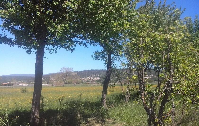Location de vacances - Chambre d'hôtes à Villelaure - vue du village depuis le verger