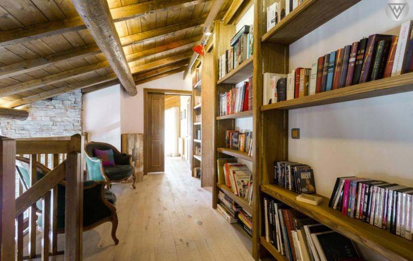 Location de vacances - Appartement à Megève - La mezzanine avec des livres et des jeux de qualité pour tous les âges