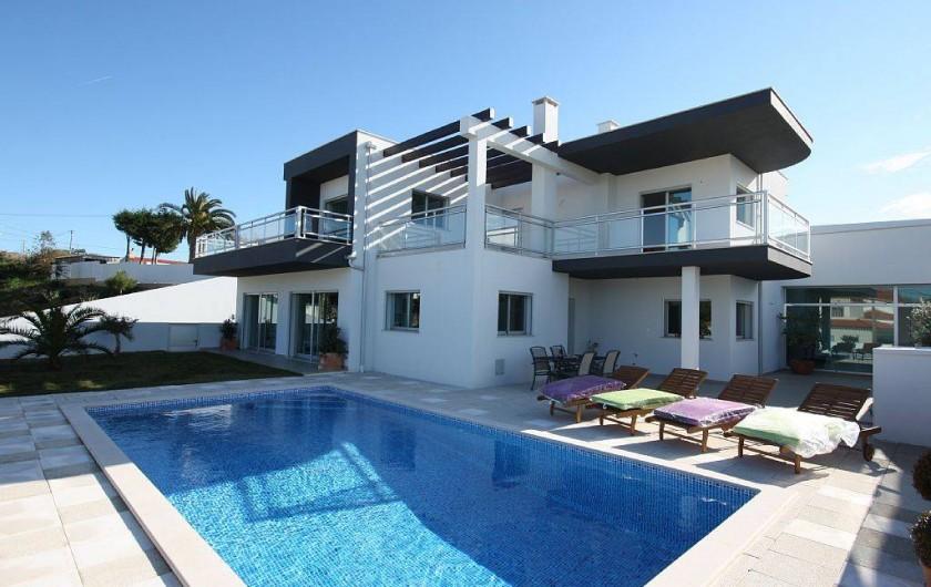 Location de vacances - Villa à São Martinho do Porto - Vue d'ensemble sur la villa et la piscine chauffée