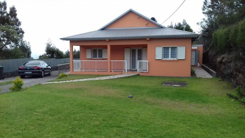 La devanture de la maison avec sa pelouse