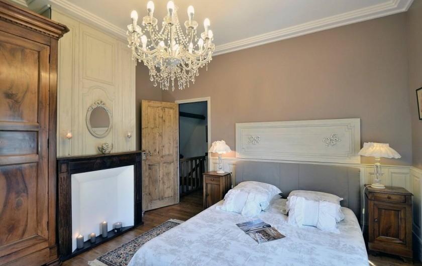 Location de vacances - Villa à Vezac - Chambre à l'étage avec son  lit king size .