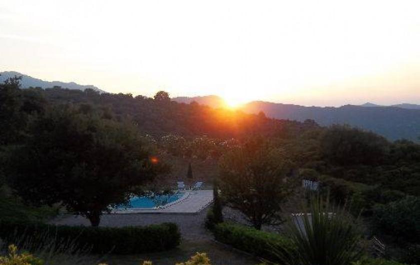 Location de vacances - Chambre d'hôtes à Rapale - Coucher de soleil sur la piscine