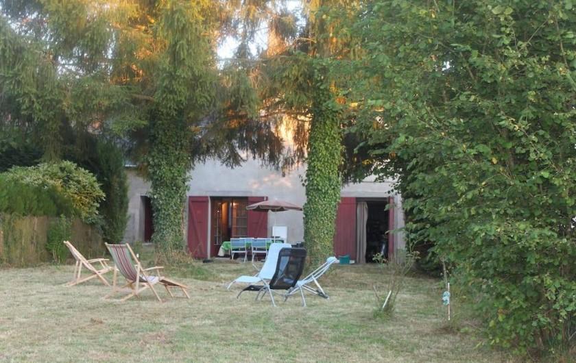 Location de vacances - Maison - Villa à La Collancelle - Jardin au soleil avec toujours des parties à l'ombre