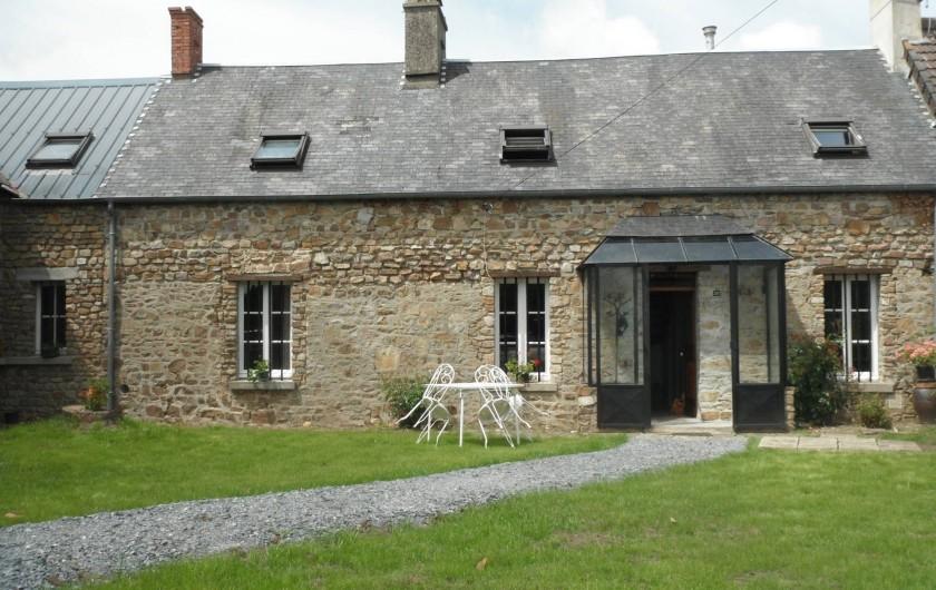 Location de vacances - Chambre d'hôtes à Saint-Patrice-de-Claids - façade de la maison, avec entrée