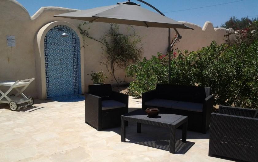 Location de vacances - Maison - Villa à Djerba - douche, salon de jardin, parasol