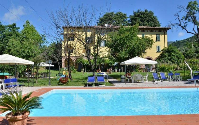 Location de vacances - Appartement à Lucques - Vue du jardin et de la piscine