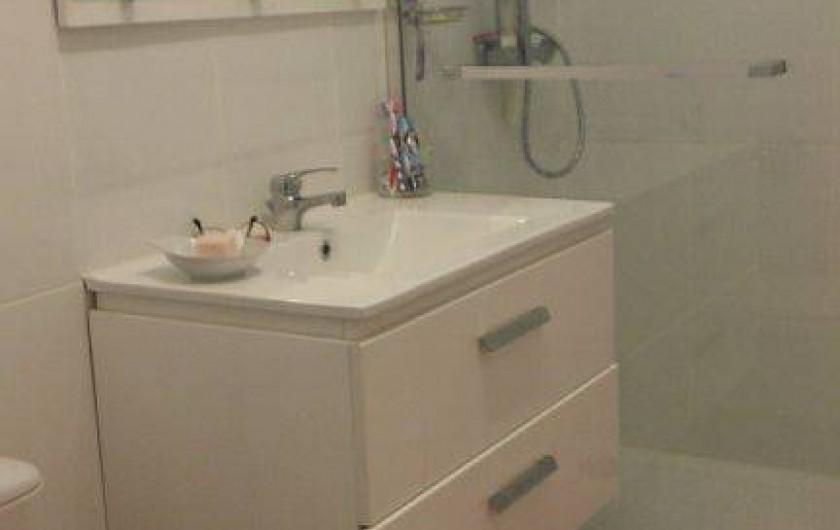Location de vacances - Appartement à Cavalaire-sur-Mer - la salle de bain et sa douche italienne