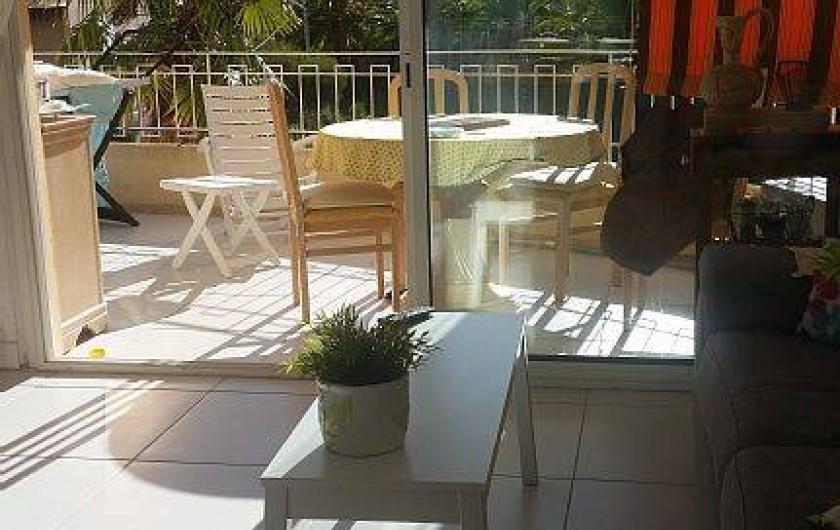 Location de vacances - Appartement à Cavalaire-sur-Mer - terrasse couverte, munie de stores bannes