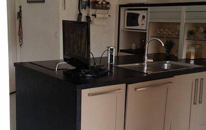 Location de vacances - Appartement à Cavalaire-sur-Mer - cuisine américaine  avec ilot central circulant , très fonctionnelle