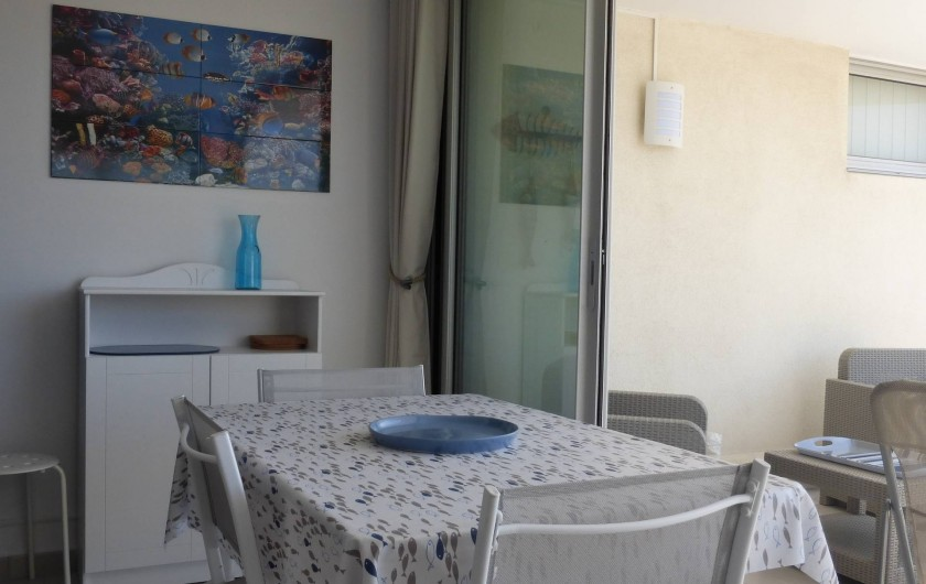 Location de vacances - Appartement à Canet-en-Roussillon - Baie vitrée repliée permettant d'ouvrir l'espace sur la terrasse.