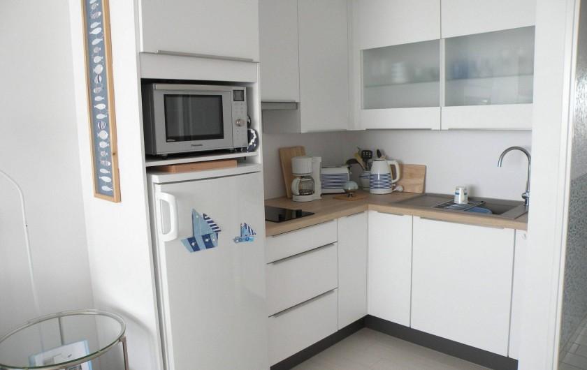 Location de vacances - Appartement à Canet-en-Roussillon - Coin cuisine avec nombreux rangements