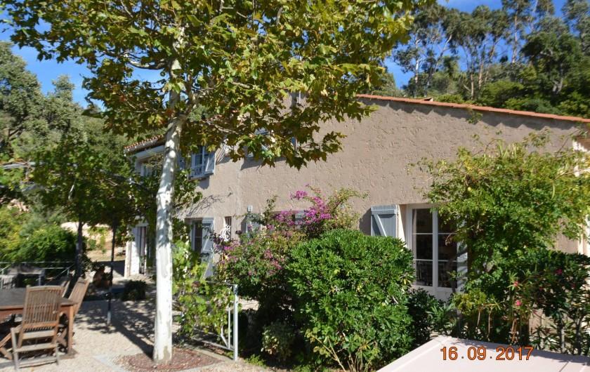 Location de vacances - Villa à Les Issambres - la maison vue du jardin