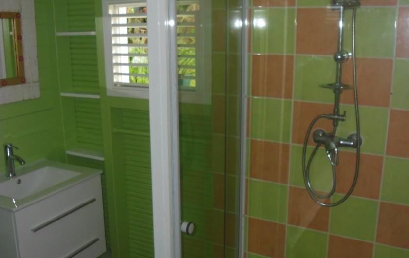 Location de vacances - Maison - Villa à Le Diamant - Salle d'eau aux couleurs pimpantes!