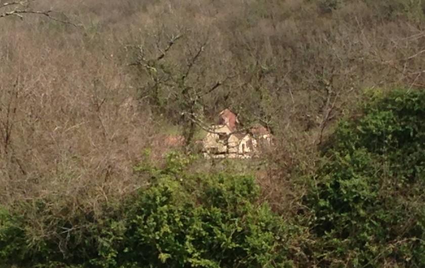 Location de vacances - Maison - Villa à Saint-Amand-de-Coly - la maison vu de la colline