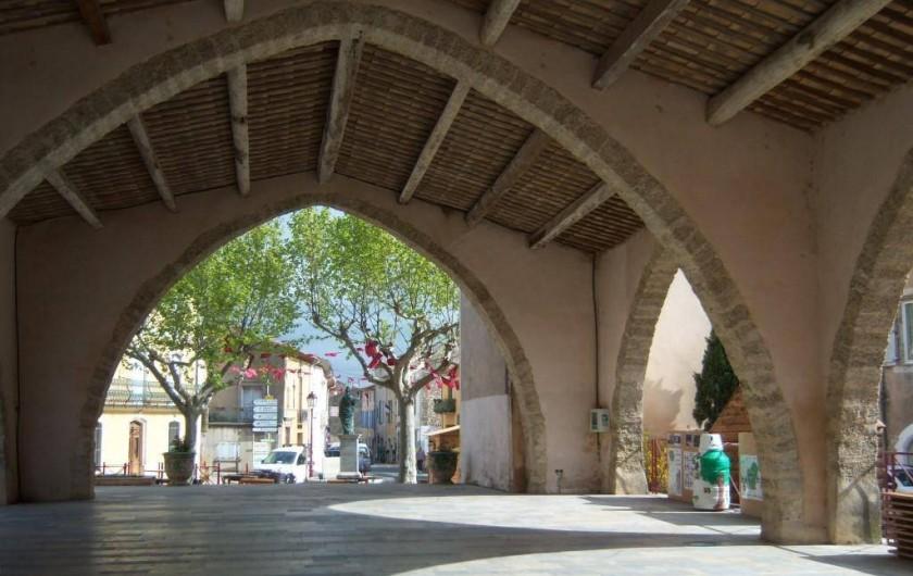 Location de vacances - Gîte à Montpeyroux - halle du marché sur la place