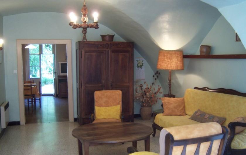 Location de vacances - Gîte à Montpeyroux - salon vers séjour