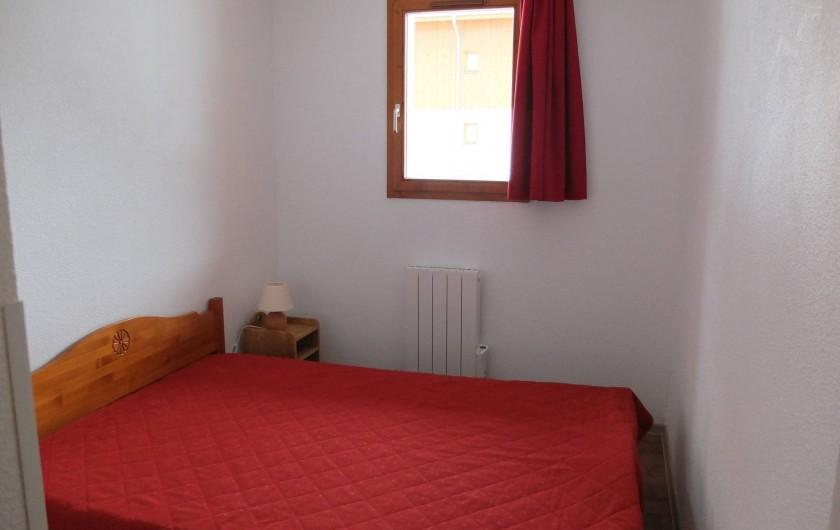 Location de vacances - Appartement à Station de Valfréjus - Chambre avec lit 2 personnes grand rangement