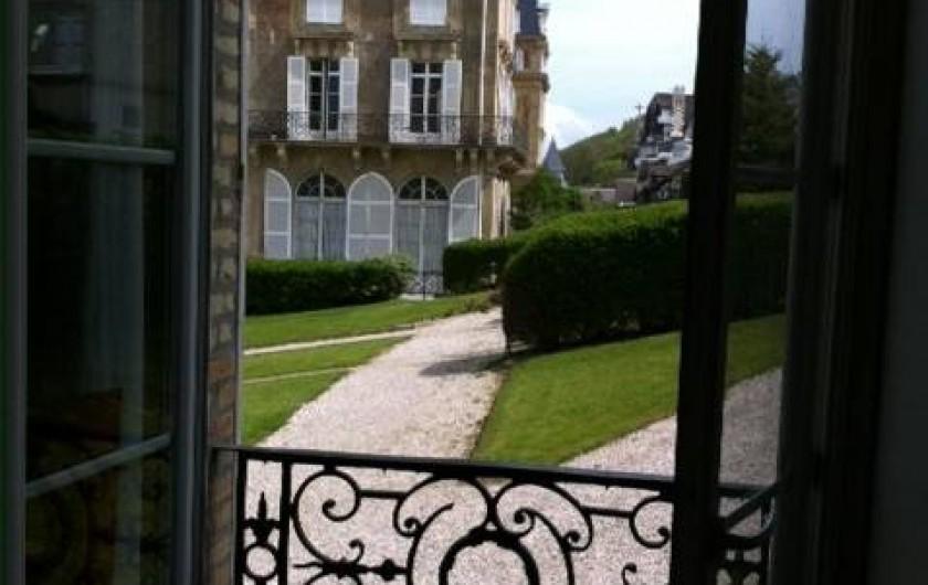 Location de vacances - Appartement à Trouville-sur-Mer - Vue sur la pelouse et parking devant le grand bâtiment