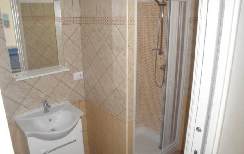 Location de vacances - Appartement à Torre San Giovanni - toilette douche avec accès de la la chambre