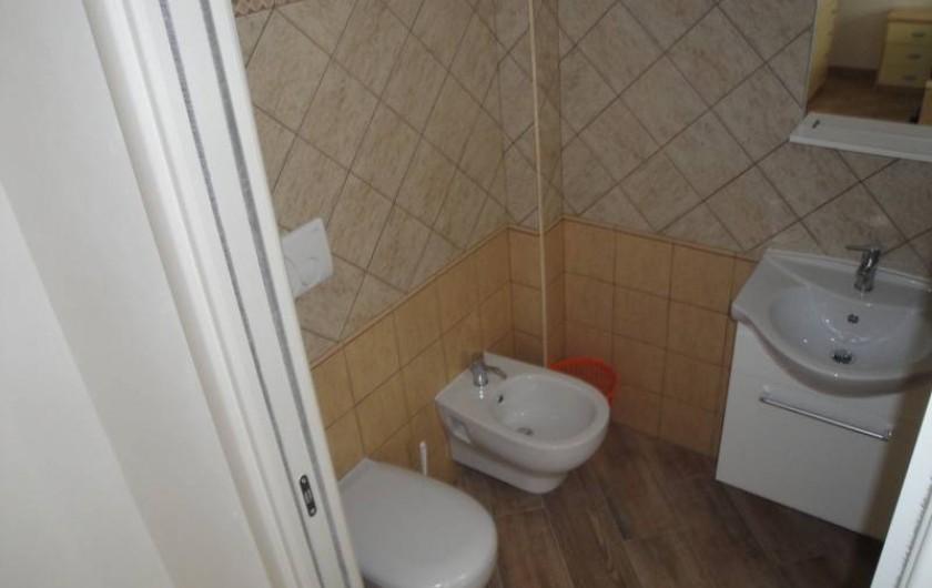 Location de vacances - Appartement à Torre San Giovanni - toilette avec accès de la la chambre (autre vue)