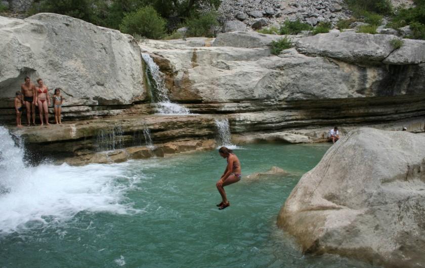 Location de vacances - Chalet à Veynes - baignade en rivière