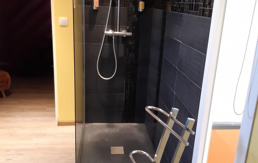 Location de vacances - Appartement à Beaune - Grande douche à l'italienne !