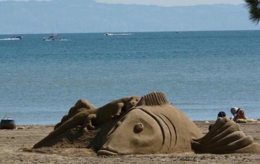 Location de vacances - Chalet à Excenevex - sculpture de sable sur la plage