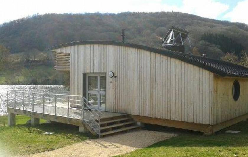 Location de vacances - Chalet à Menet - Chalet face au lac naturel de 14 hectares